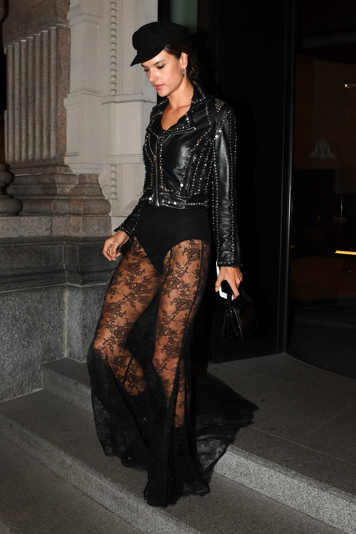 52147954_alessandra-ambrosio-in-all-black-out-and-about-in-milan-italy-190917_2.jpg