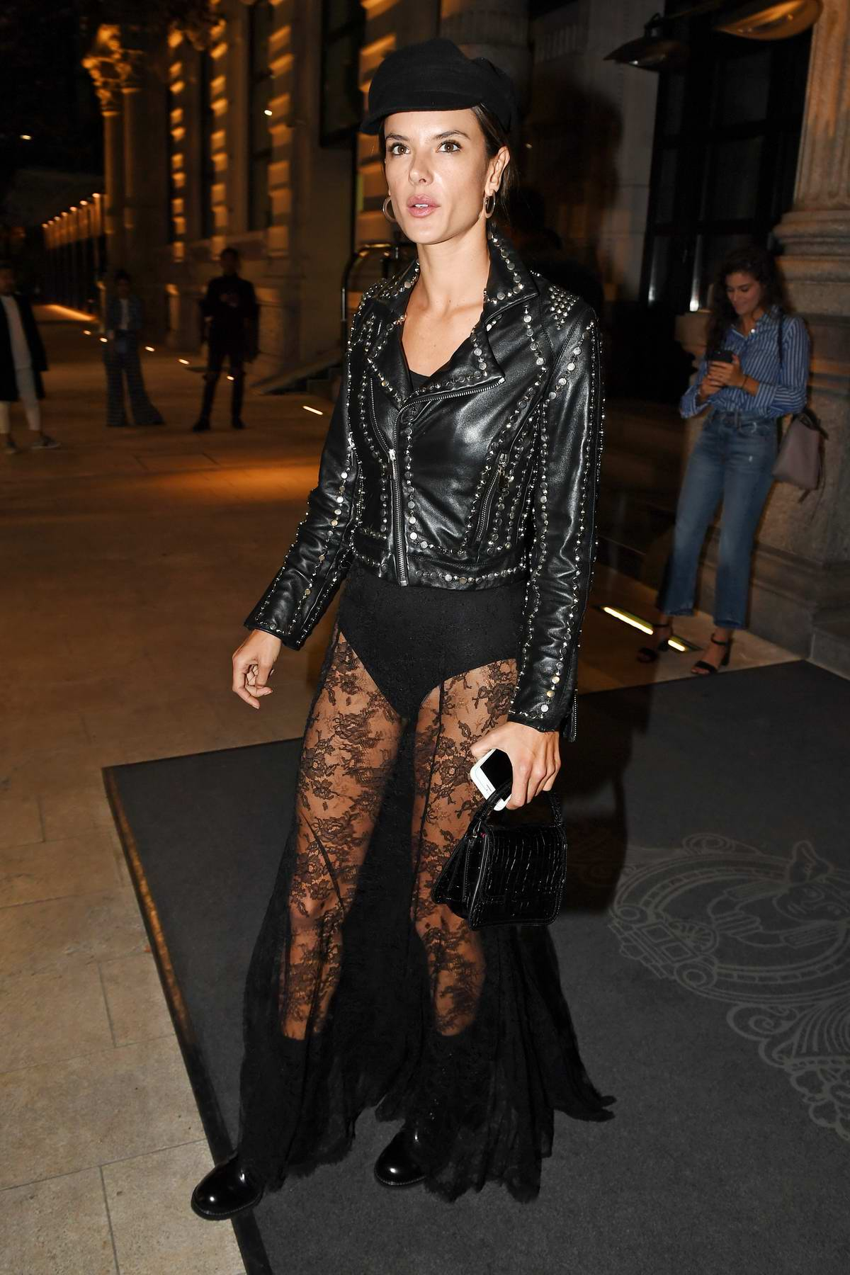 52147956_alessandra-ambrosio-in-all-black-out-and-about-in-milan-italy-190917_3.jpg