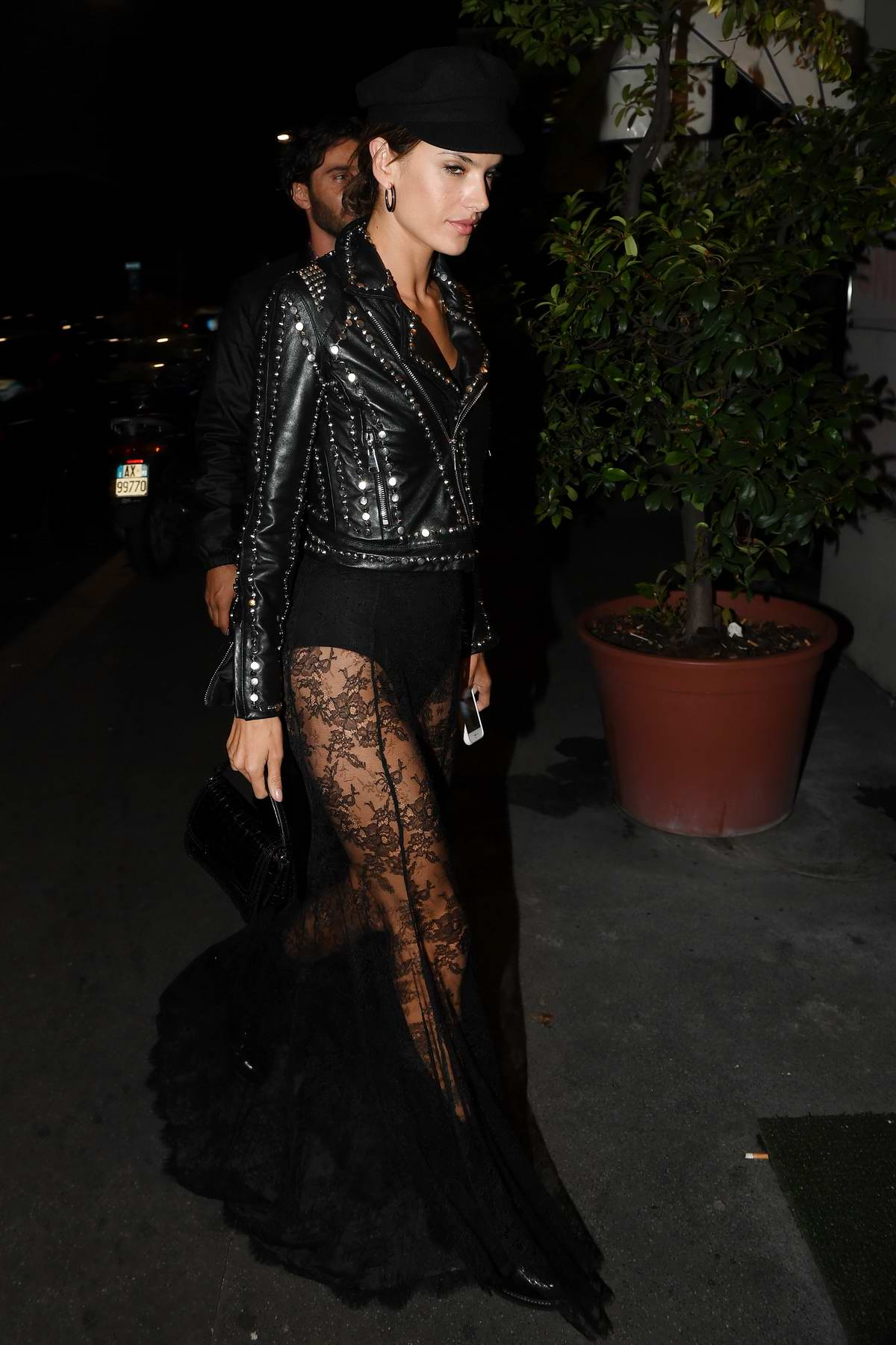52147960_alessandra-ambrosio-in-all-black-out-and-about-in-milan-italy-190917_7.jpg